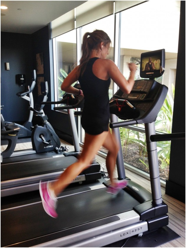 treadmill running vs outdoor running As the weather warms up and swimsuit season looms, many are looking to get in shape for those lacing up their running shoes, the big question is do they run outside, in the cold and rain, dodging cars, or do they go to the gym, hop on a treadmill and zone out.